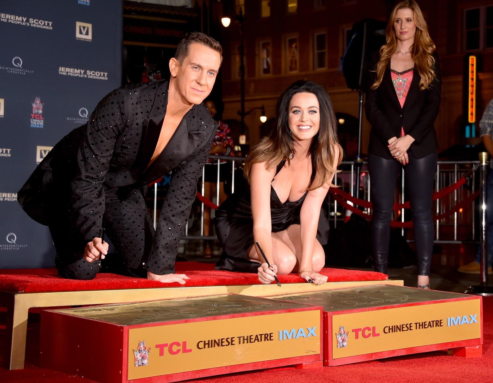 Designer Jeremy Scott og popstjerna Katy Perry bidro med håndavtrykk til hver sin stjerne i Hollywood denne uka.