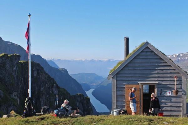 Dnt-hytte med luftig plasering og nydelig utsikt over Fyksesund og Hardangerfjorden. 5 senger, plass til 7 - Foto: Petter Kirkefjord