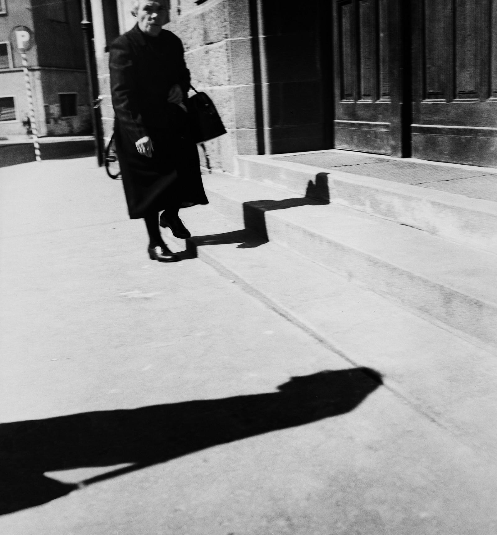 Sterke kontraster, lys og skygge, er viktige elementer i Kivijärvis bilder. Også på dette bildet fra Bolzano i Italia, våren 1958. Kivijärvi var på dette tidspunktet 19 år gammel.