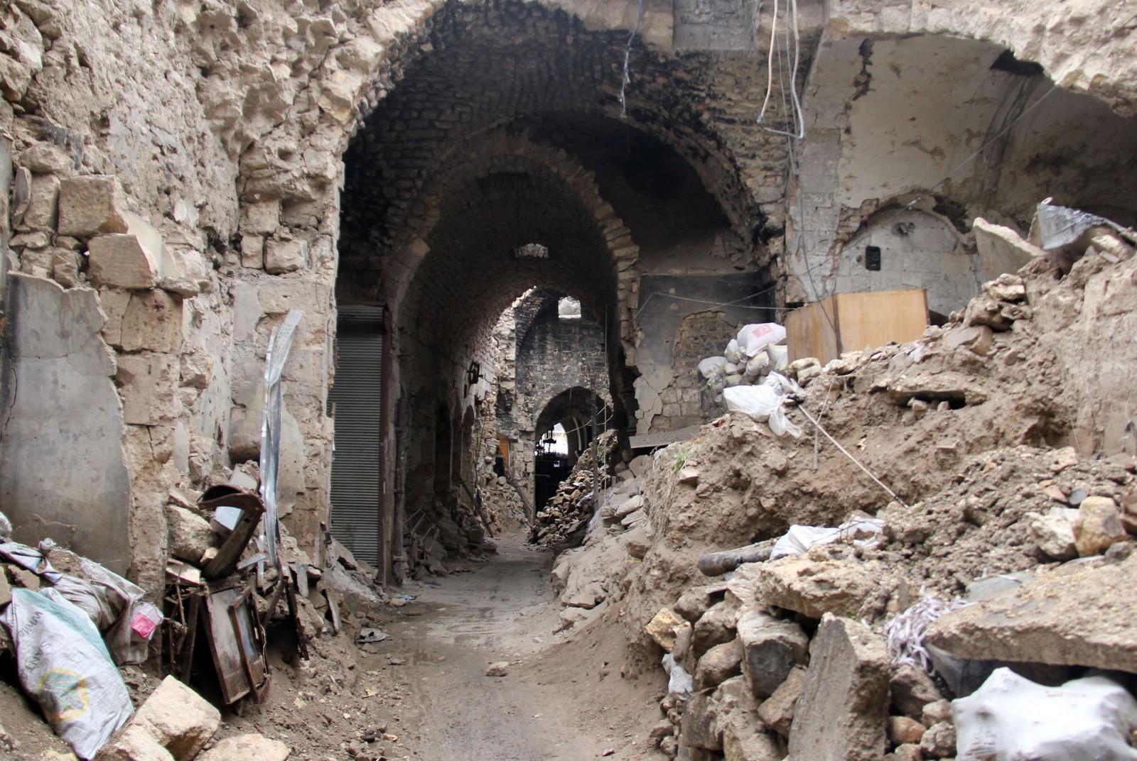 En av de mange smale gatene av markedsområdet i gamle Aleppo er svært skadet av krigen.