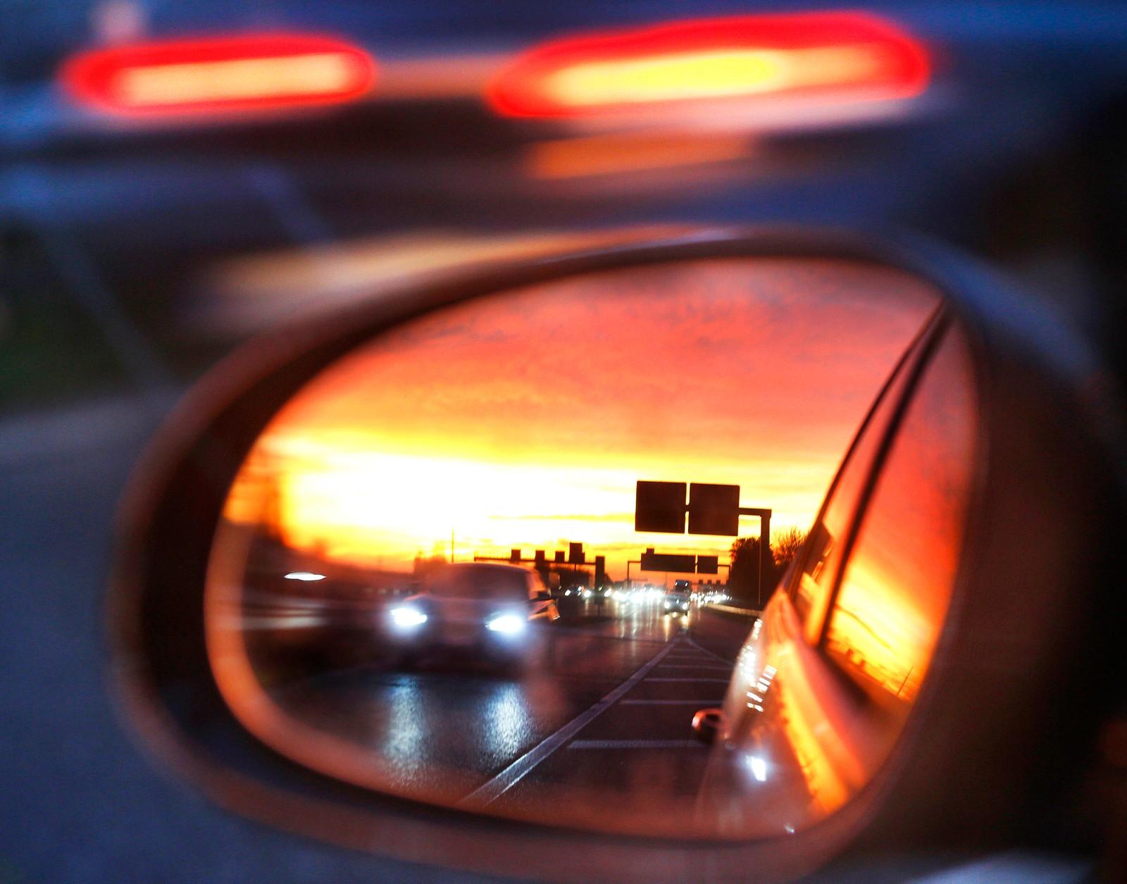 En titt i speilet på motorveien nær Frankfurt i Tyskland.