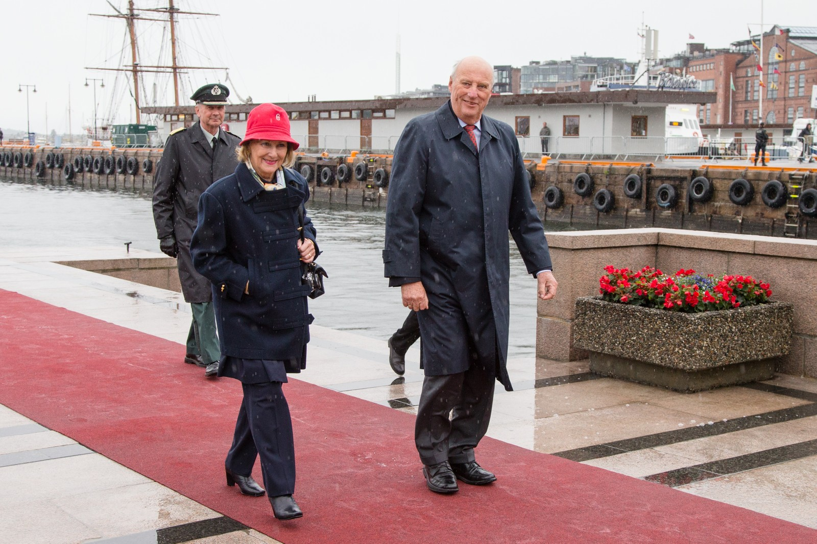 Dronning Sonja og kong Harald ved ankomst på Honnørbrygga i Oslo etter lunsj på Kongeskipet Norge onsdag.