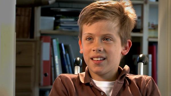 Norsk serie hvor vi får et innblikk i hverdagen til barn som har en ekstra utfordring å leve med.       Henrik liker å ri, bowle og kjøre ATW. Henrik er født med ryggmargsbrokk og for å gå bruker han skinner. Nå trener han seg opp til å kunne gå hele 300 skritt på en tur.