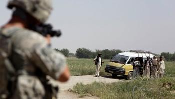Soldat sikter på sivile irakere ved veisperring