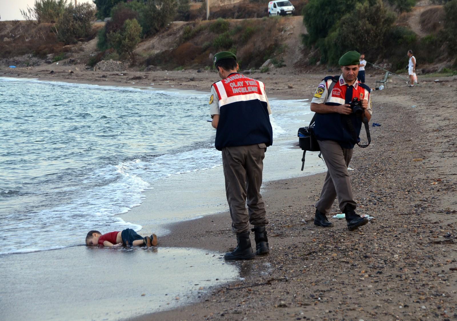 DØDENS HAV: Tre år gamle Aylan Kurdi blir funnet livløs på stranda på den greske feireøya Kos den 2. september 2015.