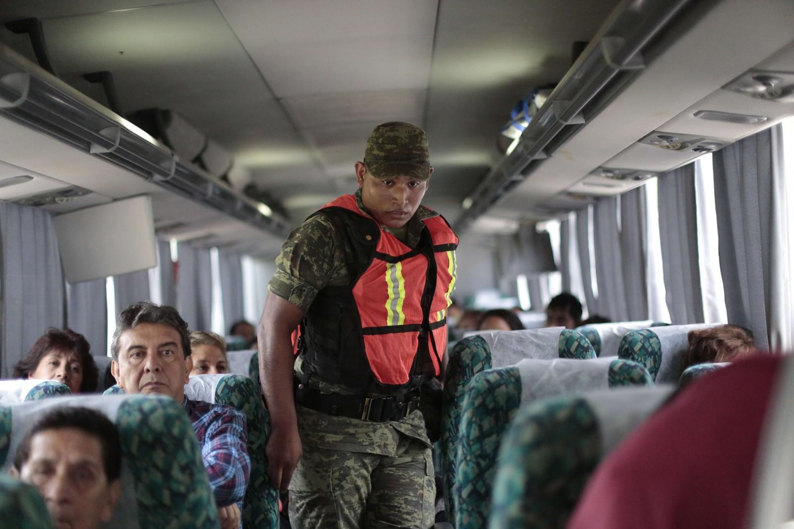 En soldat sjekker alle passasjerene på en buss mellom Mexico by og Acapulco.