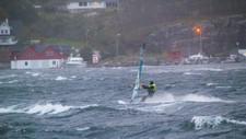 KRAFTIG VIND: Vinden økte fra liten til full storm mens Jon Steinar Midlang (bildet) og kompisen Halvard Kallestad surfet utenfor Glesvær, sør på Sotra.