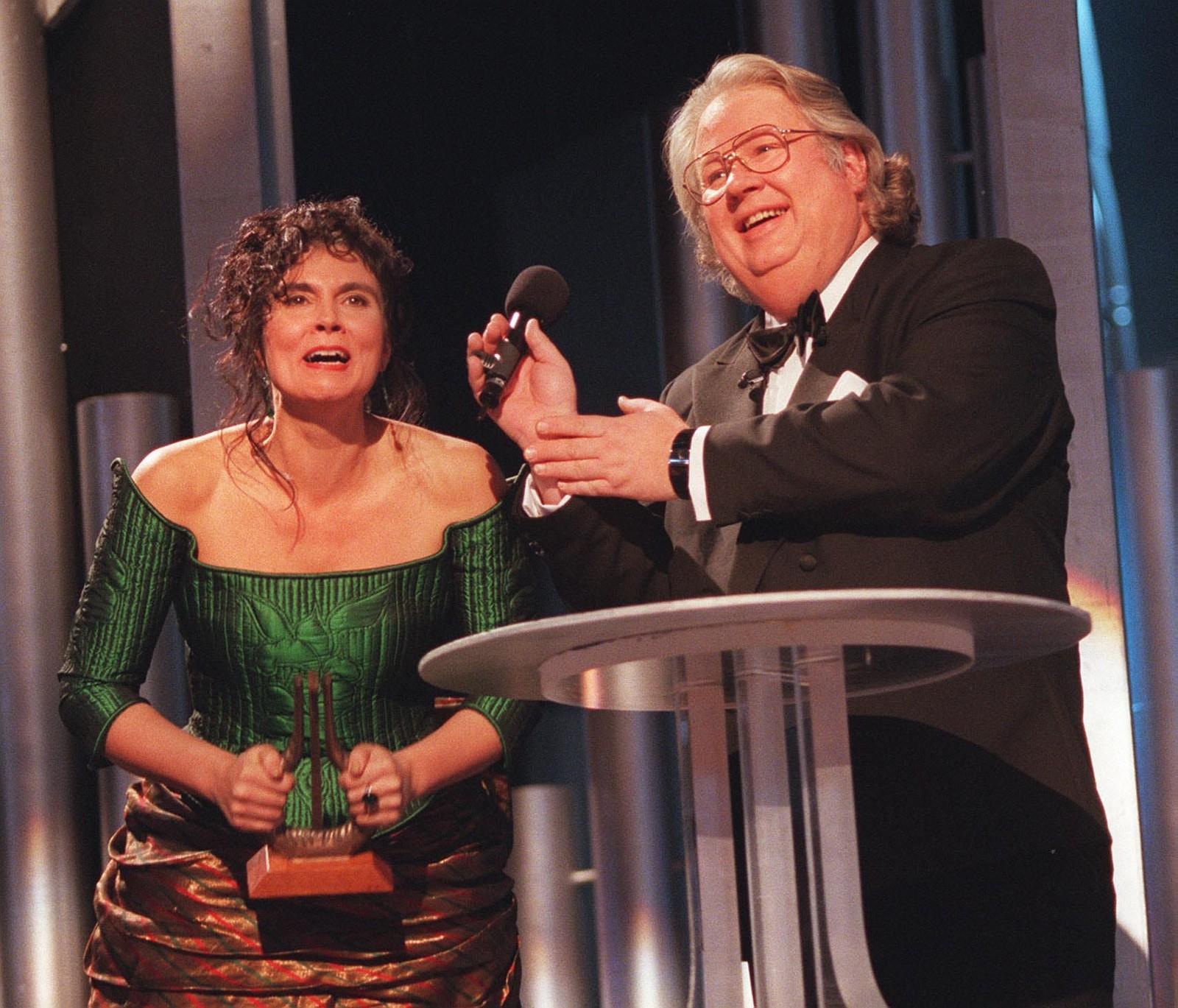 Lynni Treekrem mottok Spellemann som beste kvinnelige artist av Knut Borge i 1996.