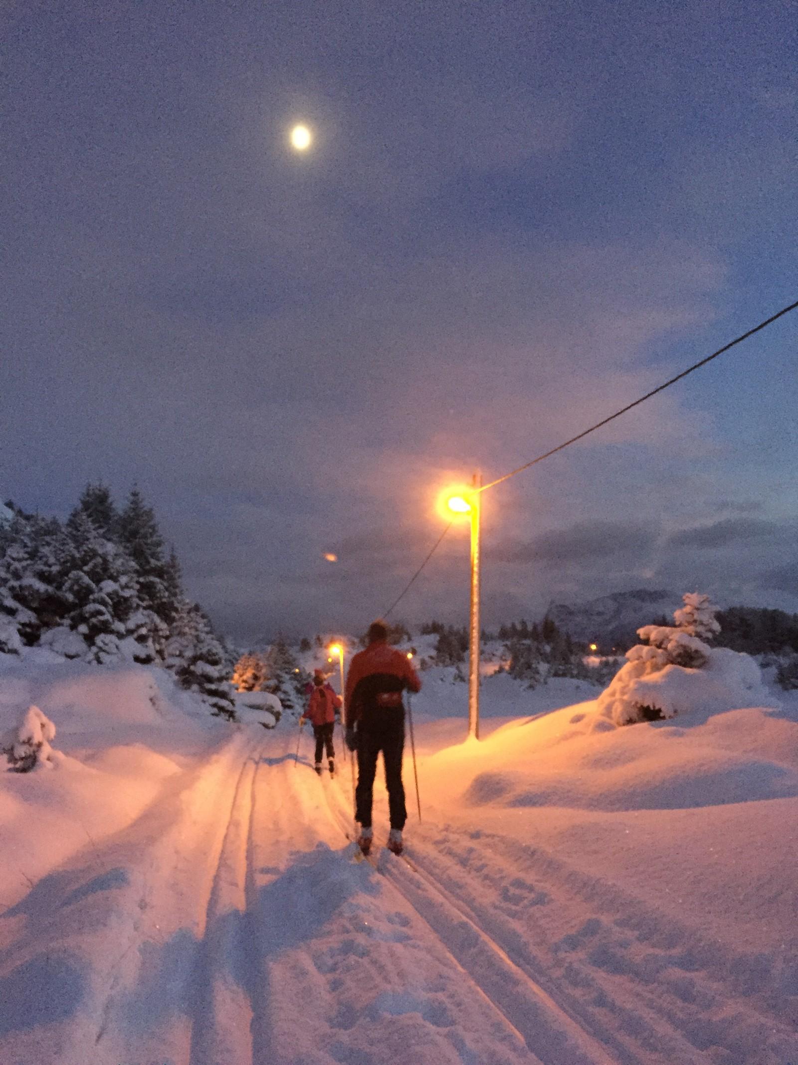 Ikkje kvart år det er skiløyper i Måløy, men heile veka har det vore ivrige skigårarar rundt Skramsvatnet ovanfor Måløy.
