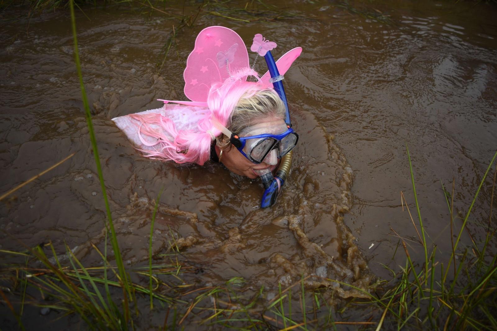 Denne konkurransen i Wales krever at deltagerne må kave seg gjennom rundt 55 meter med gjørme og sølevann i et torvdekka landskap. Noen deltar for gøy i artige kostymer, mens andre, som svenske Eva Jonasson, havner øverst på pallen.