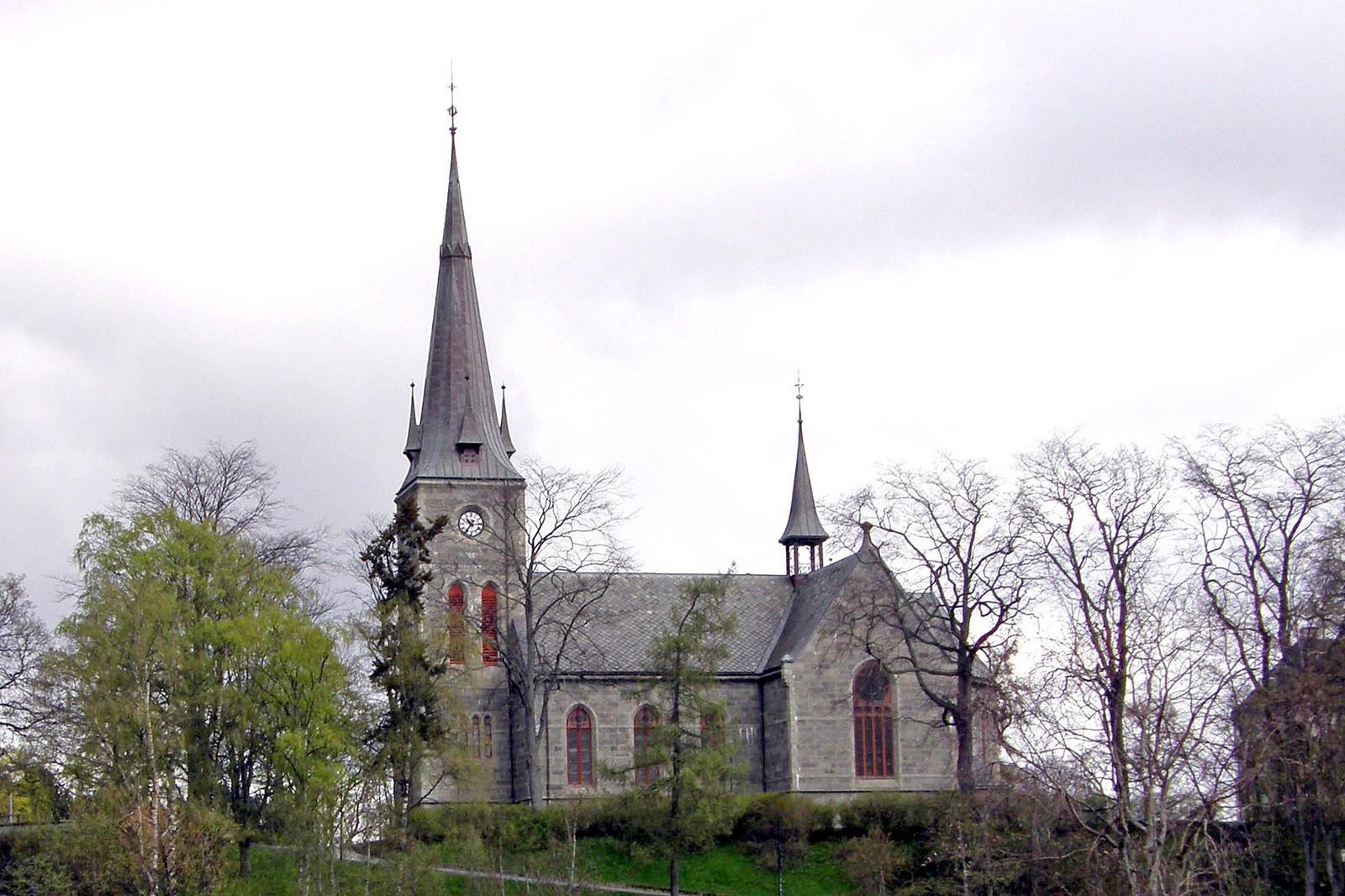 Ilen kirke er bygd i 1889 i nygotisk stil. Det er en korskirke med 900 plasser