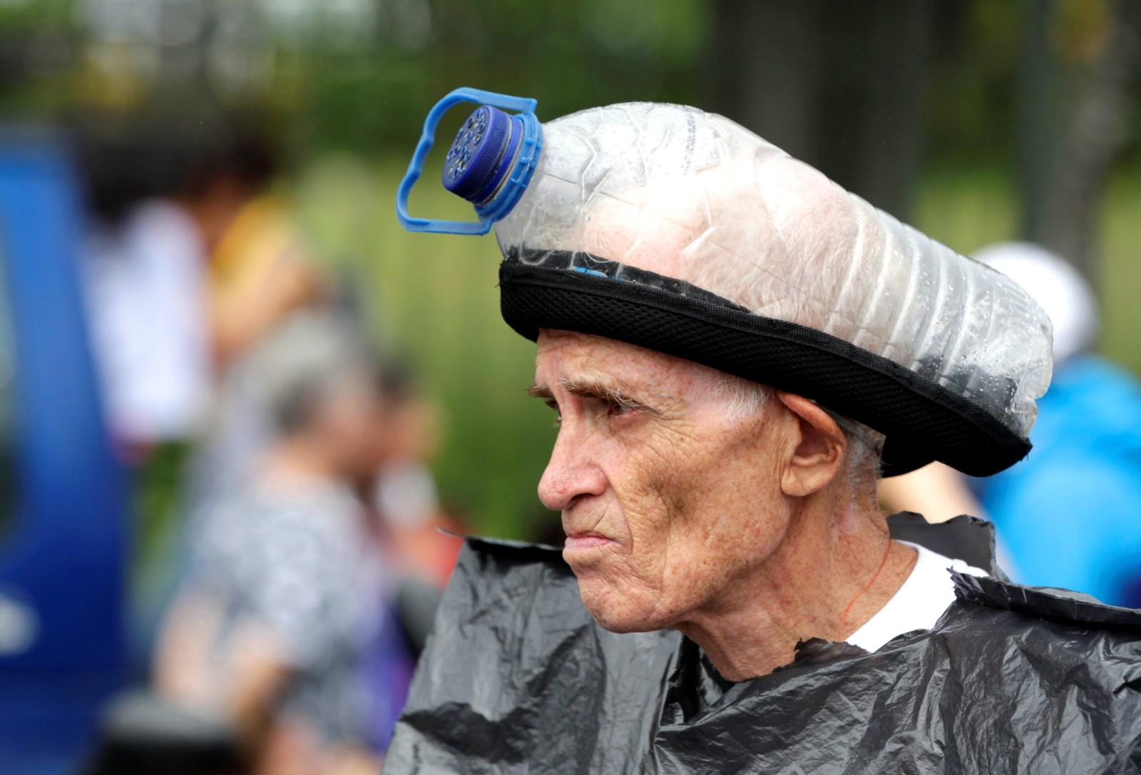 En demonstrant i Caracas i Venezuela er forberedt på bråk og har tatt med seg en hjemmelaget gassmaske.
