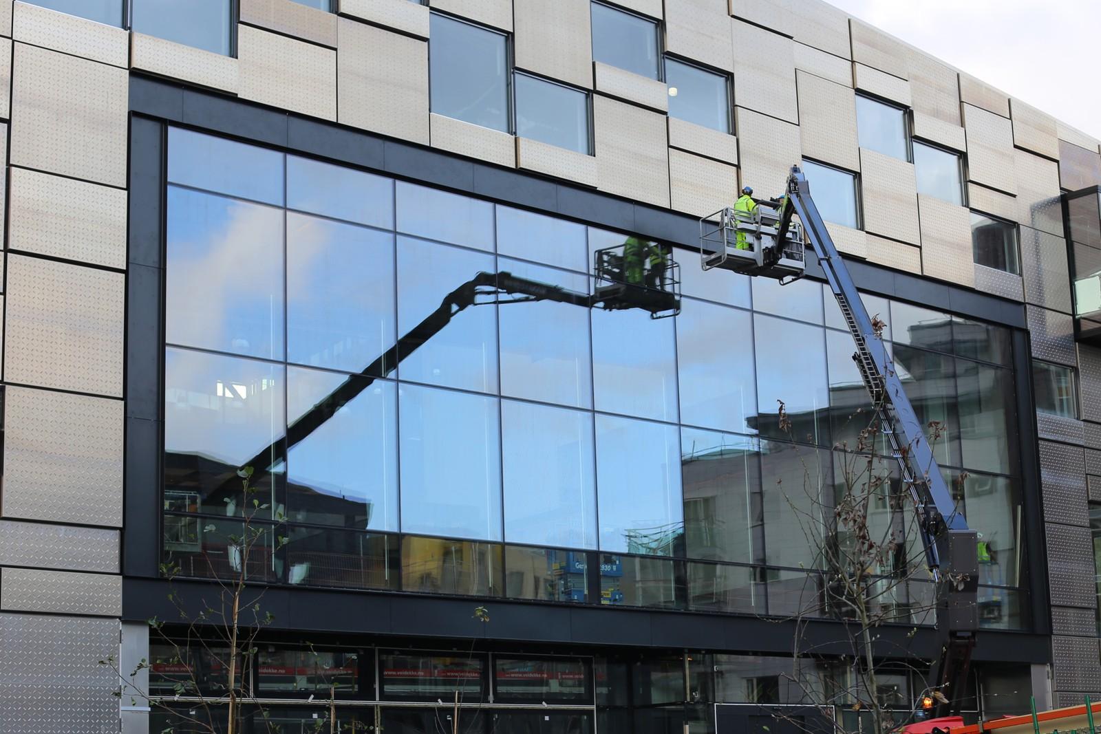 Det arbeides fortsatt på fasaden til bygget, som skal stå ferdig i mai 2017.