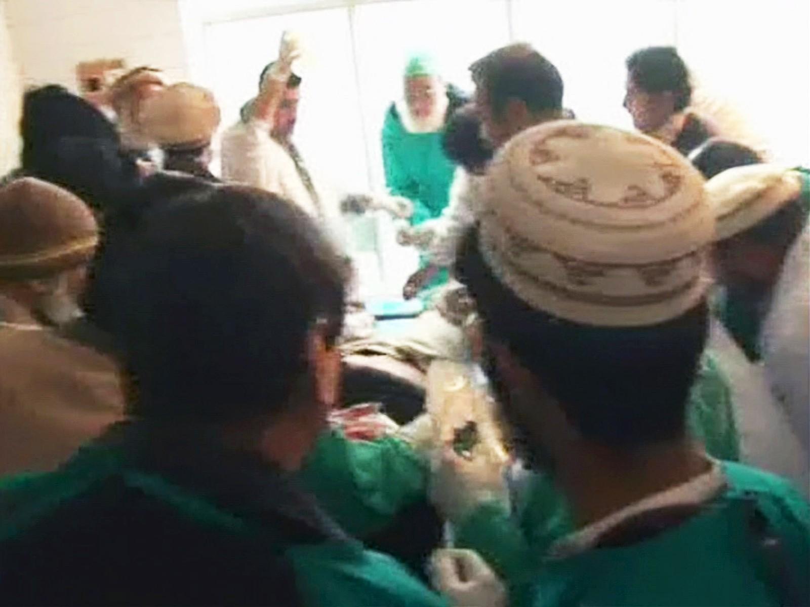 Helsepersonell hjelper såret person ved Bacha Khan-universitetet i Chasadda