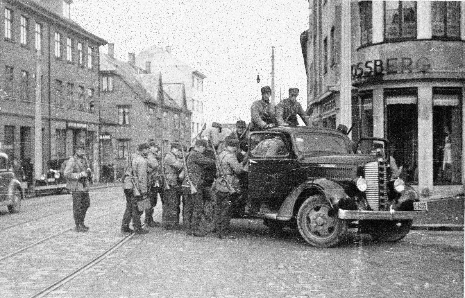 Norske soldater i Bjørnsonsgate i Bergen, ved daværende jernbanestasjon på Kronstad.