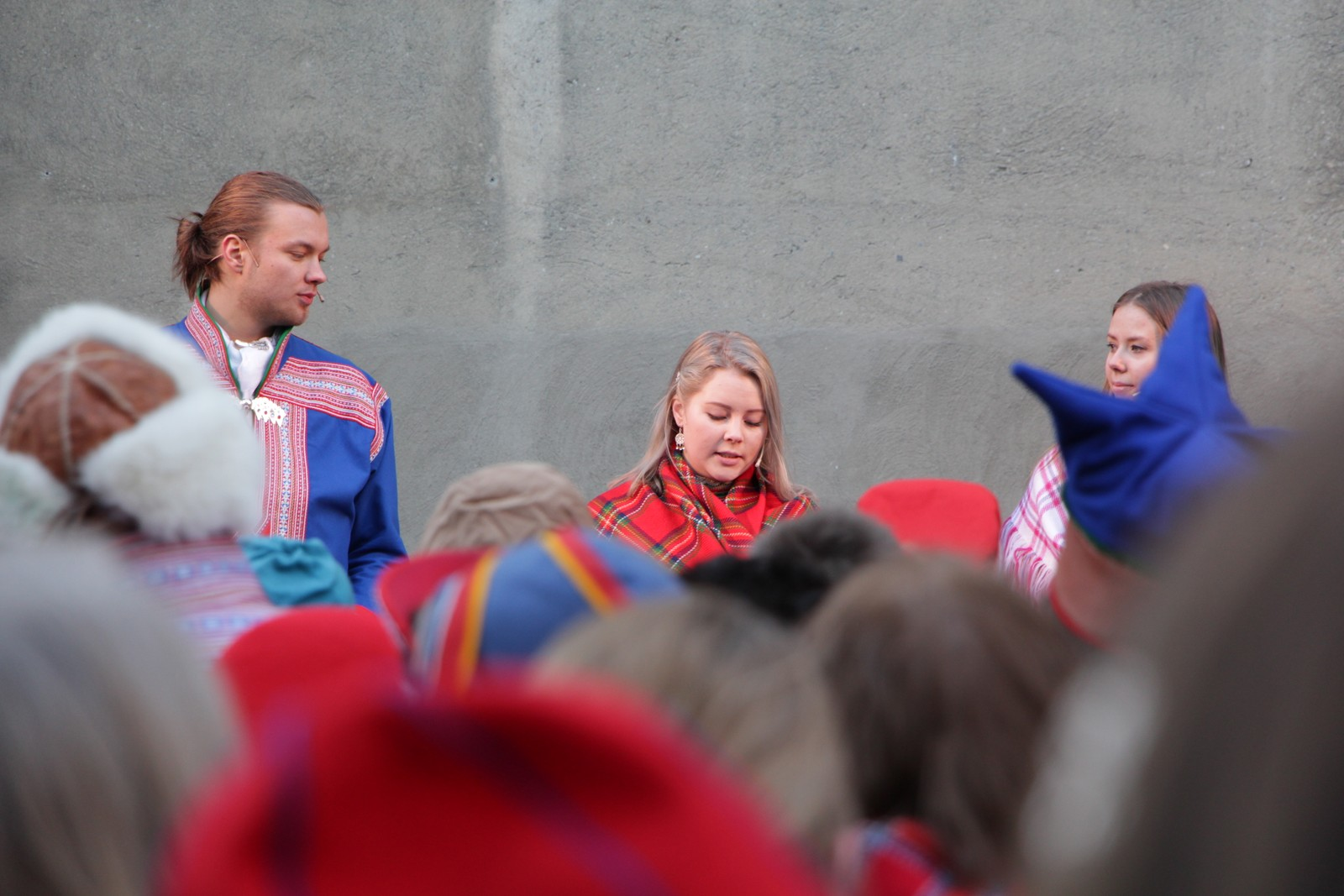 Veiviserne Knut Mikkel Hætta (20), Maja-Sofie Larsen Fjellström (21) og Oda Celin Kjær Eriksen (19).