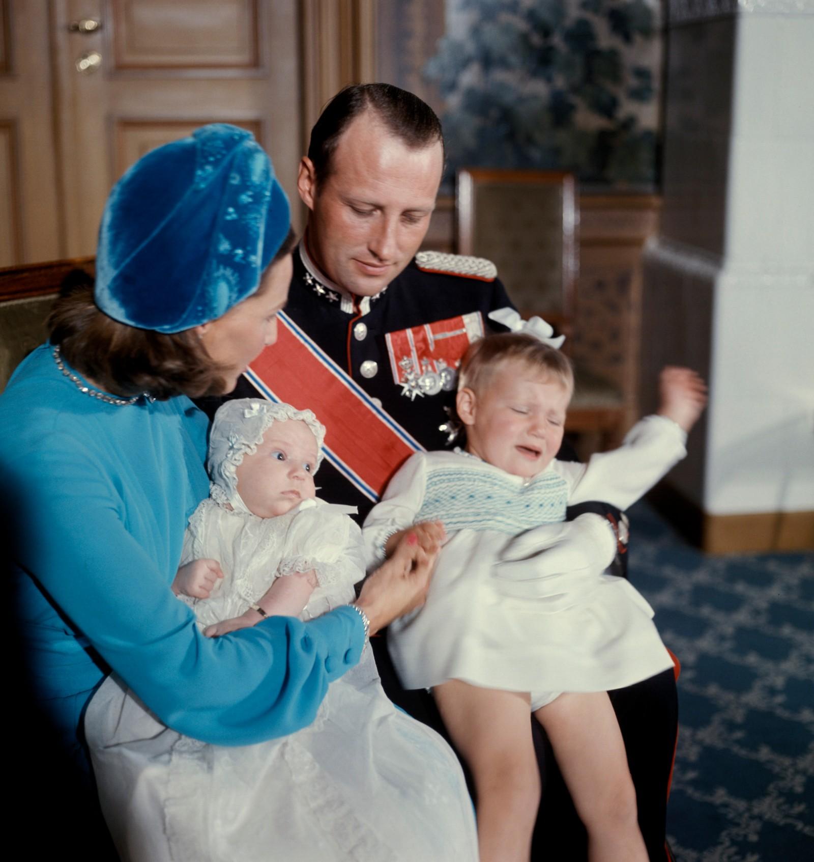 Kronprins Harald, kronprinsesse Sonja, prins Haakon Magnus og prinsesse Märtha Louise i 1973.