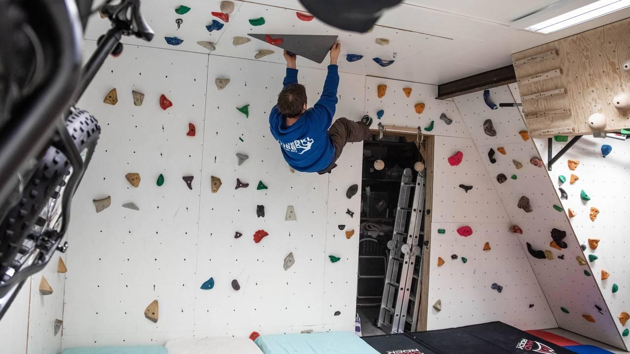 Ørjan Harila i klatreveggen i garasjen