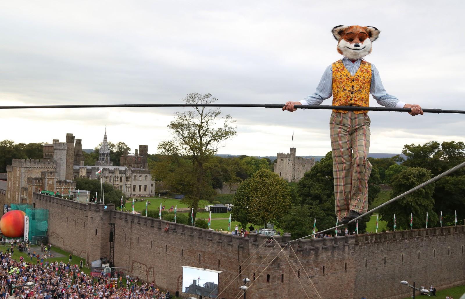 Chris Bullzini går på line fra Cardiff Castle i Wales under et arrangement i forbindelse med det som ville vært forfatter Roald Dahls 100-årsdag 17. september. Bullzini er kledd ut som Herr Rev fra Dahls kjente barnebok Den fantastiske Mikkel Rev.