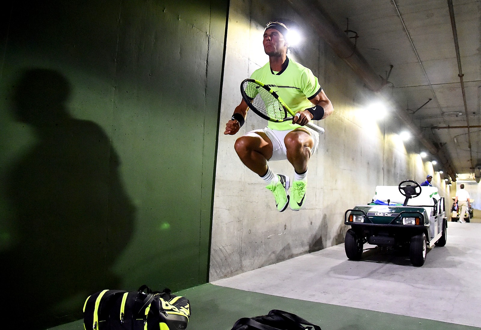 Rafael Nadal får kroppen i gang før kampen mot Roger Federer i Indian Wells i California.