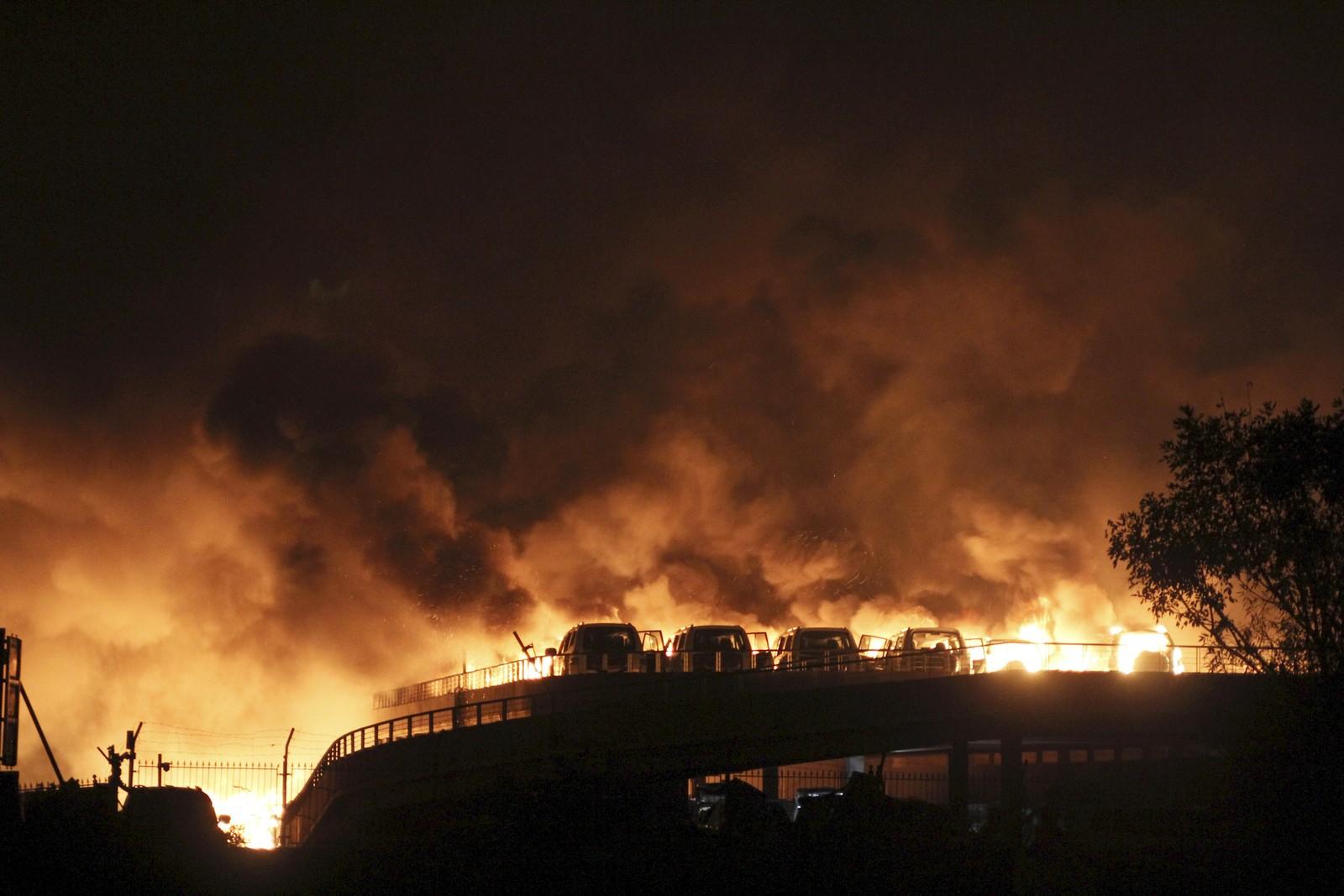 I FULL FYR: Biler står i brann etter eksplosjonen i Tianjin.