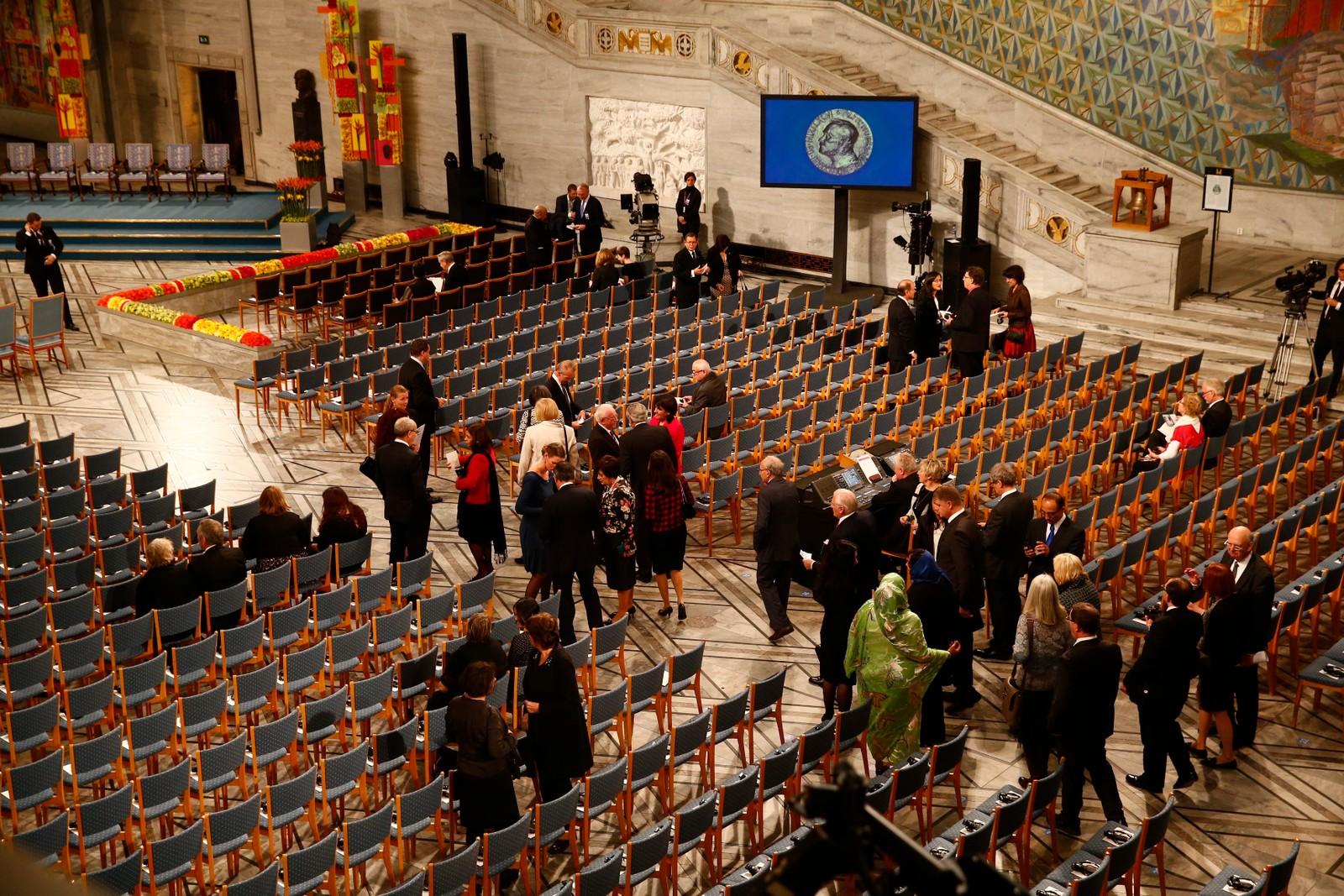 FORBEREDER UTDELING: Oslo rådhus cirka en time før nobelseremonien 10. desember 2014.