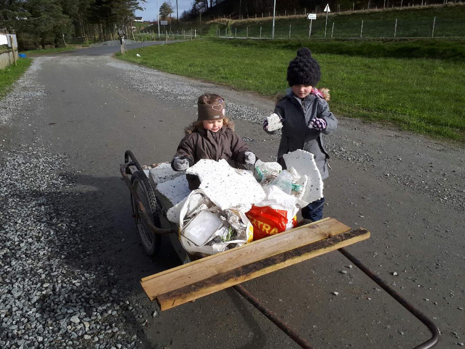Mormor, Tilda (5) og Sine (3) tok med seg søppel på vei til barnehagen i dag. Mye isopor flyr med vinden fra anleggsområdet til Rema 1000 på Vagle, og ender i veigrøfta på vei mot Røyrvik gårdsbarnehage.