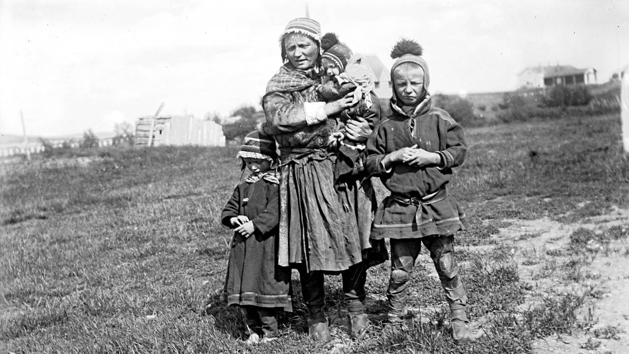Fra boken «Herrene sendte oss dit. Om tvangsflyttingen av samene» av Elin Anna Labba Váhkara Risten med barna Márge og Joná. På fanget har hun minsten som ikke overlevde sine første år.