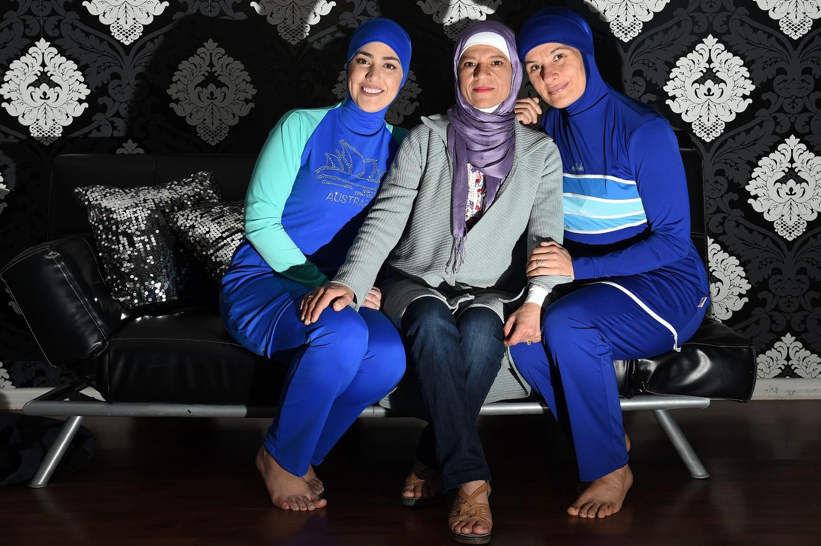 Den australsk-libanesiske designeren Aheda Zanetti (i midten) sitter sammen med to modeller som har på seg badedrakta burkinien hun har laget.