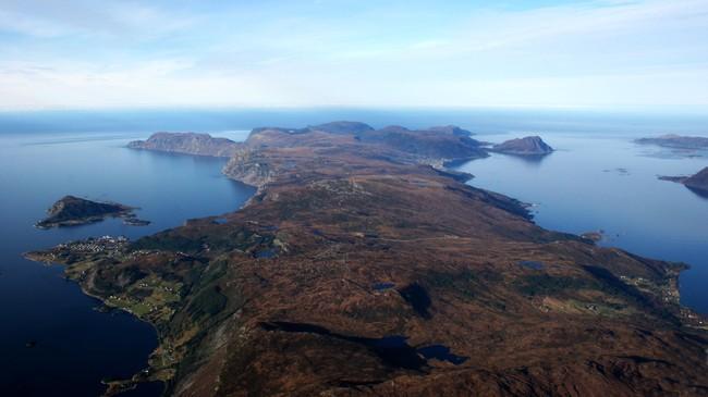Stadhalvøya frå lufta på ein dag med stille og klart ver. Til venstre ser vi Selje sentrum med Seljeøya, ytst til høgre ser vi Leikanger. Vi kan skimte vegen frå Selje til Sandvik tvers over halvøya litt under midten av biletet. Foto: Stig Silden.