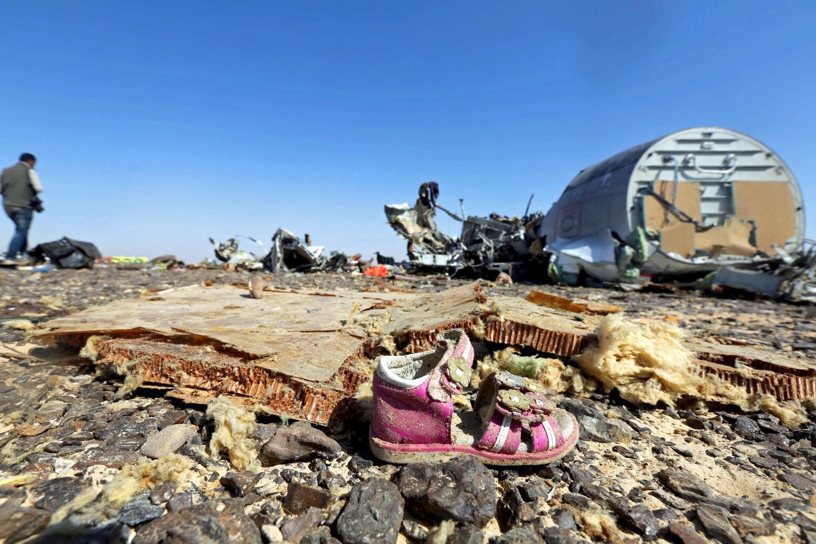 En barnesko ligger sammen med vrakdelene fra det russiske flyet. De omkomne ble funnet i en radius på 15 km fra flyet.