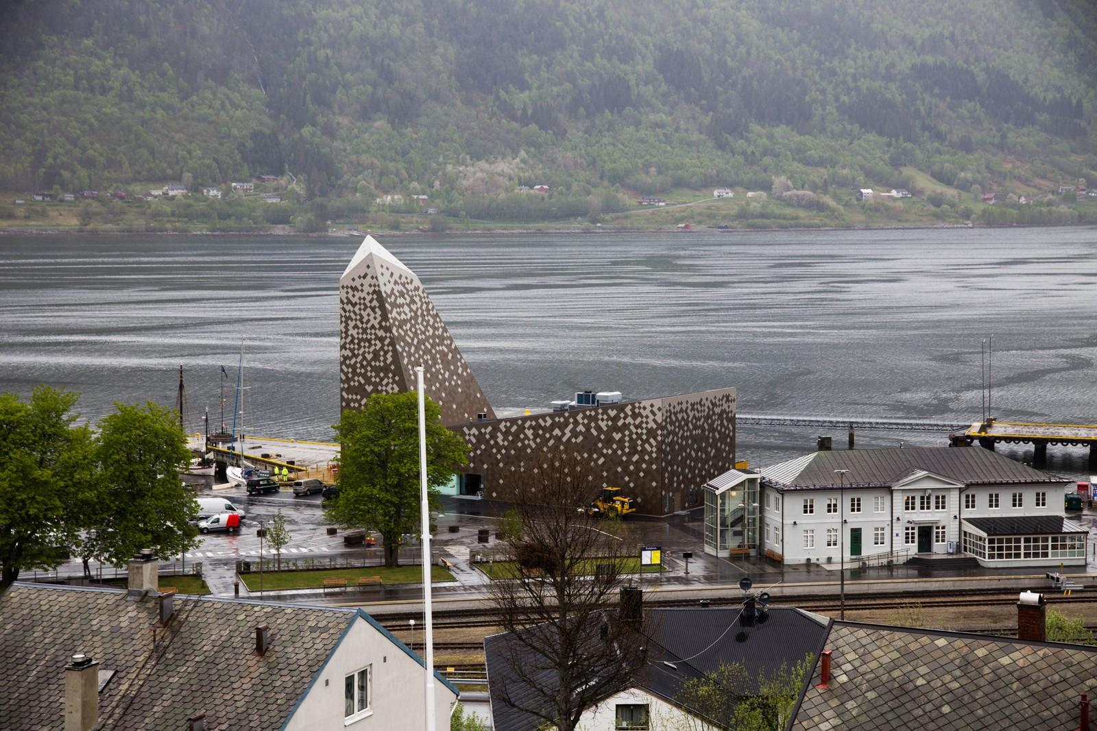 Sett fra høyden. Norsk Tindesenter ligger sentralt plassert på Åndalsnes.