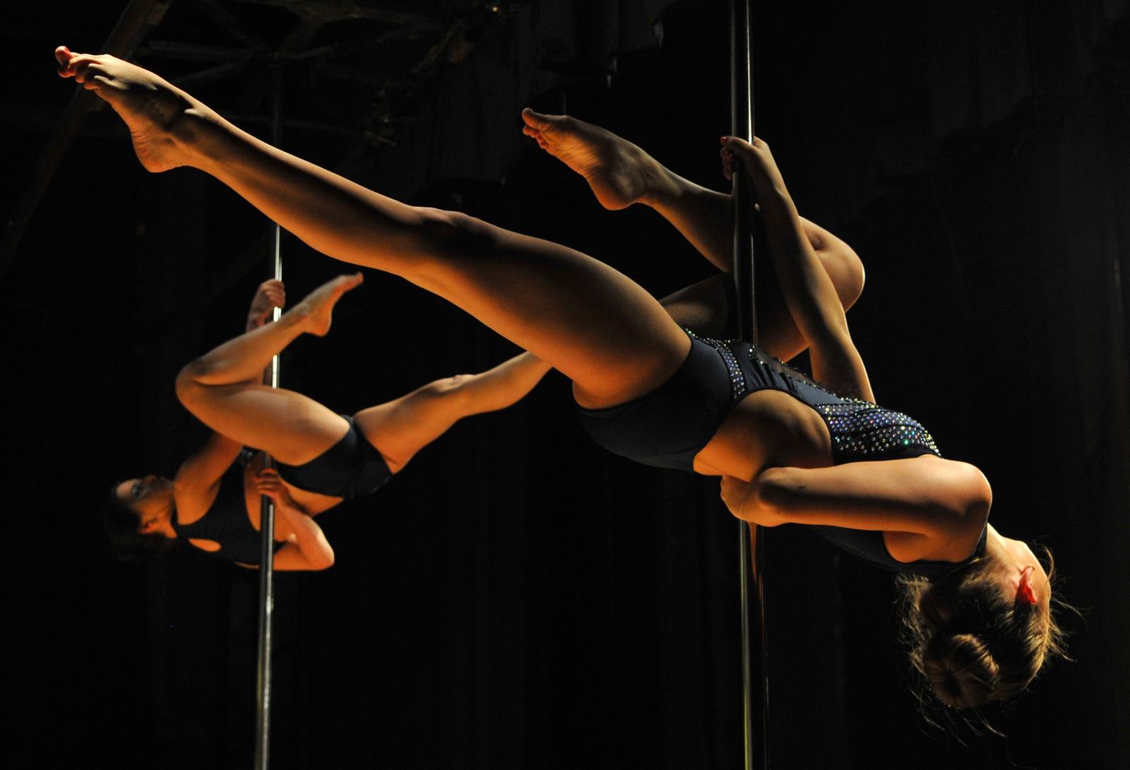 """Disse kvinnene deltar i et mesterskap i """"pole dancing"""" i Kirgisistan."""