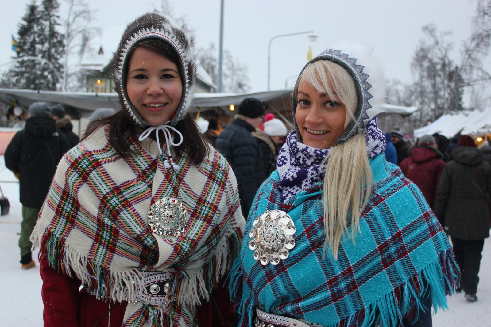 Lájlá Helene Eira og Kristin Holm Balto i Jokkmokk før de haster videre til neste arrangement.