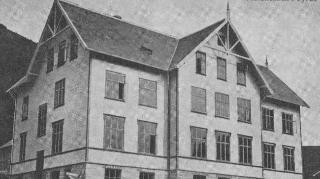 Denne skulebygningen på Solvang i Førde brann ned til grunnen i 1910, og seks menneske omkom. Foto: Olai Fauske.