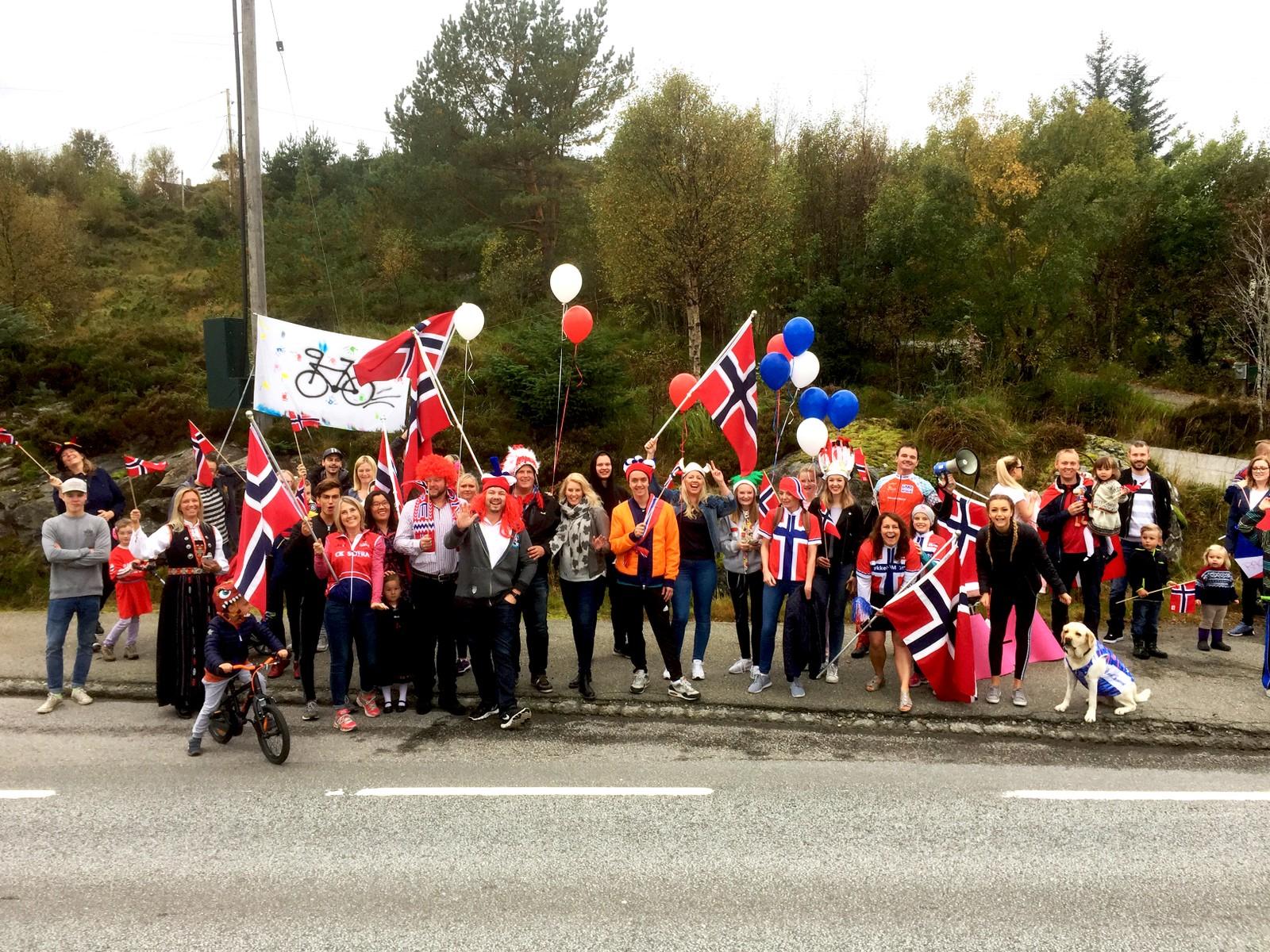 På Ekrhaugen på Sotra stod heiagjengen for 17. mai-stemning da feltet passerte.