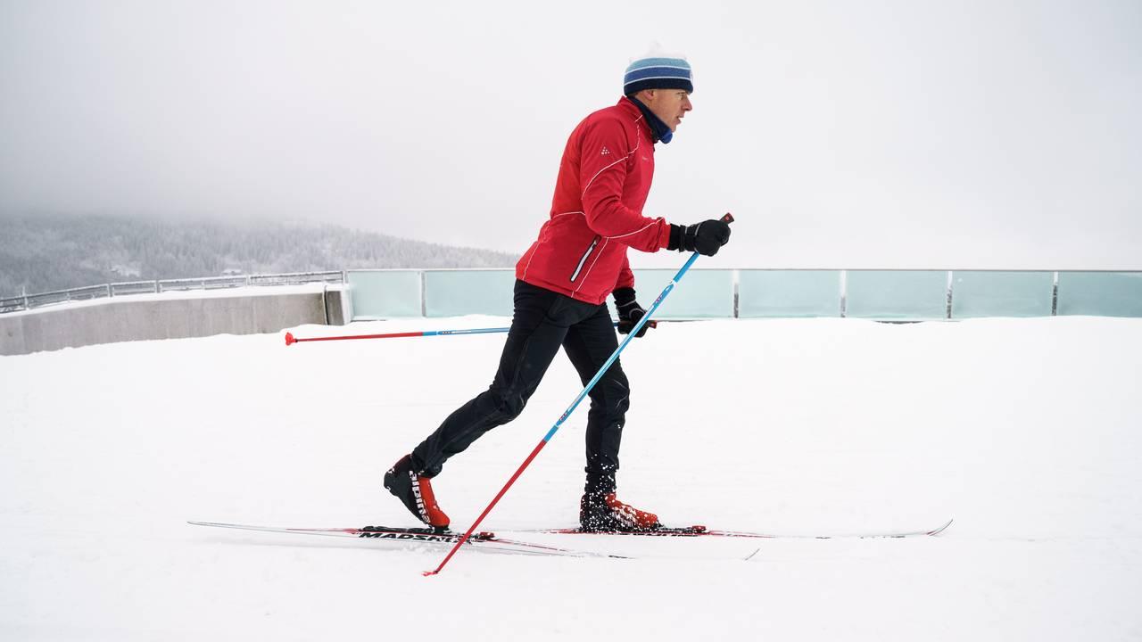 Erik Eide fra Skiforeningen demonstrerer dårlig teknikk når det kommer til diagonal gang på langrennski.