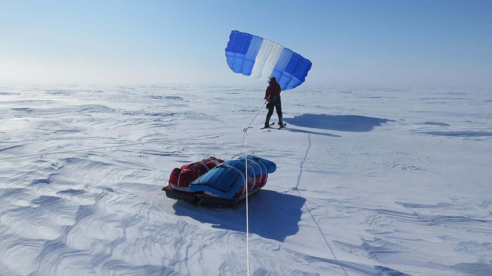 Vinden var så sterk at ett skiseil kunne trekke tre mann og seks pulker.