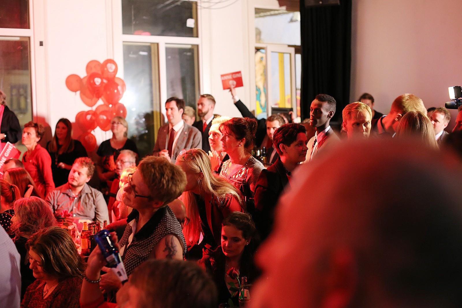 Stor stemning på Arbeiderpartiets valgvake i Bergen. Foto: Jon Bolstad / NRK