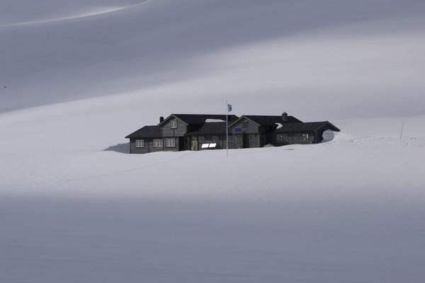 Patchellhytta i vinterdrakt - Foto: Karstein Ringstad