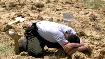 UCK-soldat ved en avdekket massegrav som inneholdt 60 kosovoalbanere