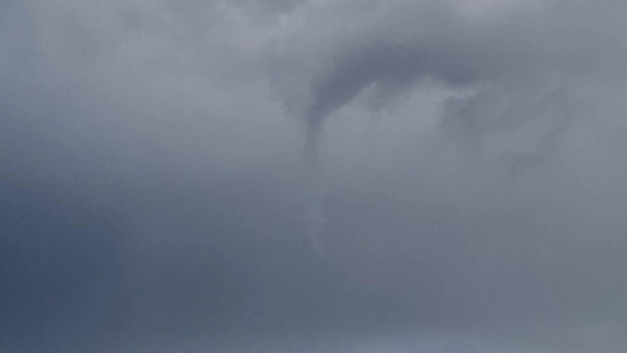 Mørke skyer og antydninger til en skypumpe i Bymarka, Trondheim