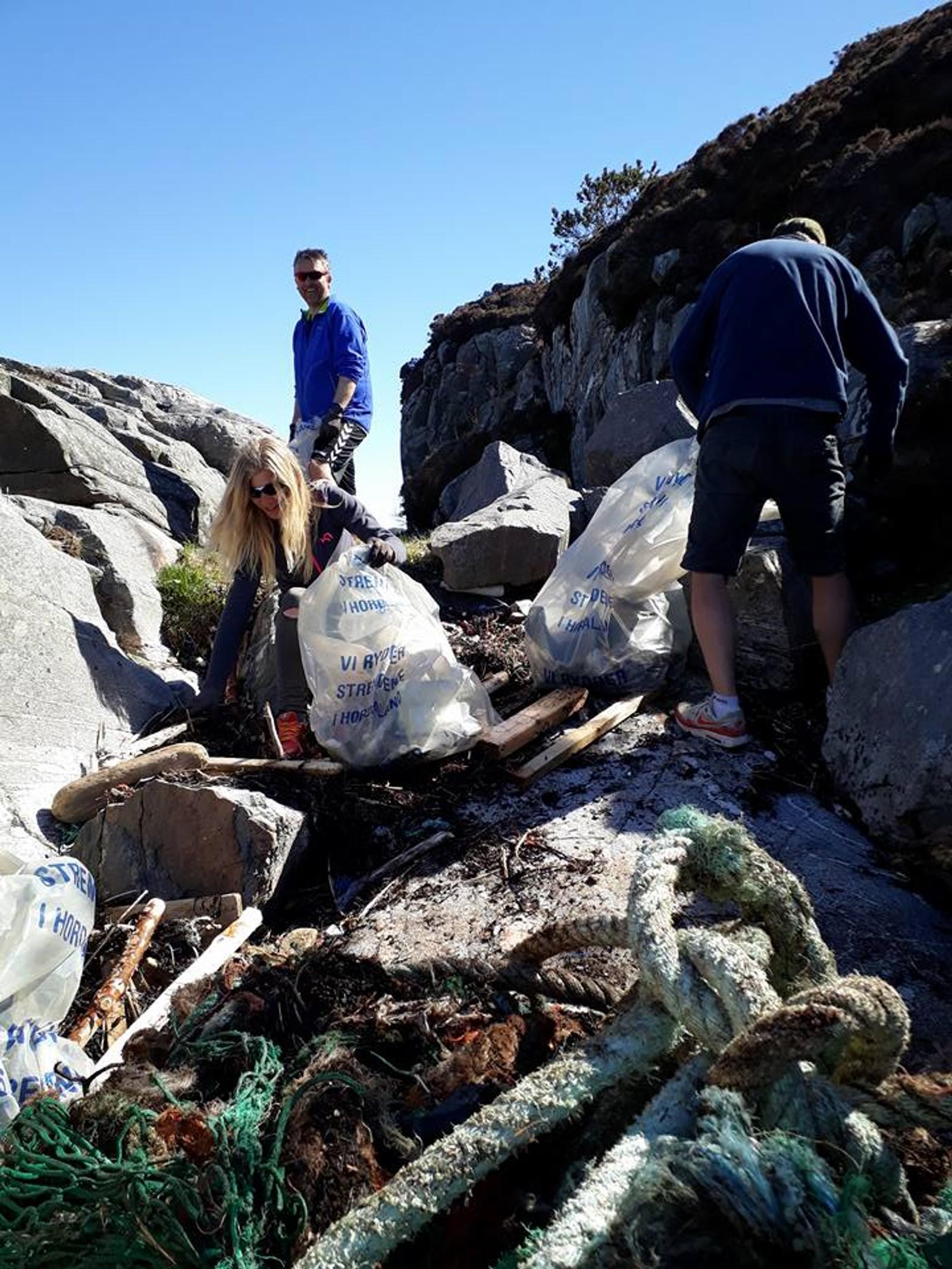 SEKK: Det gikk mange søppelsekker med i ryddeaksjonen, her fra Knutholmen i Fjell kommune.