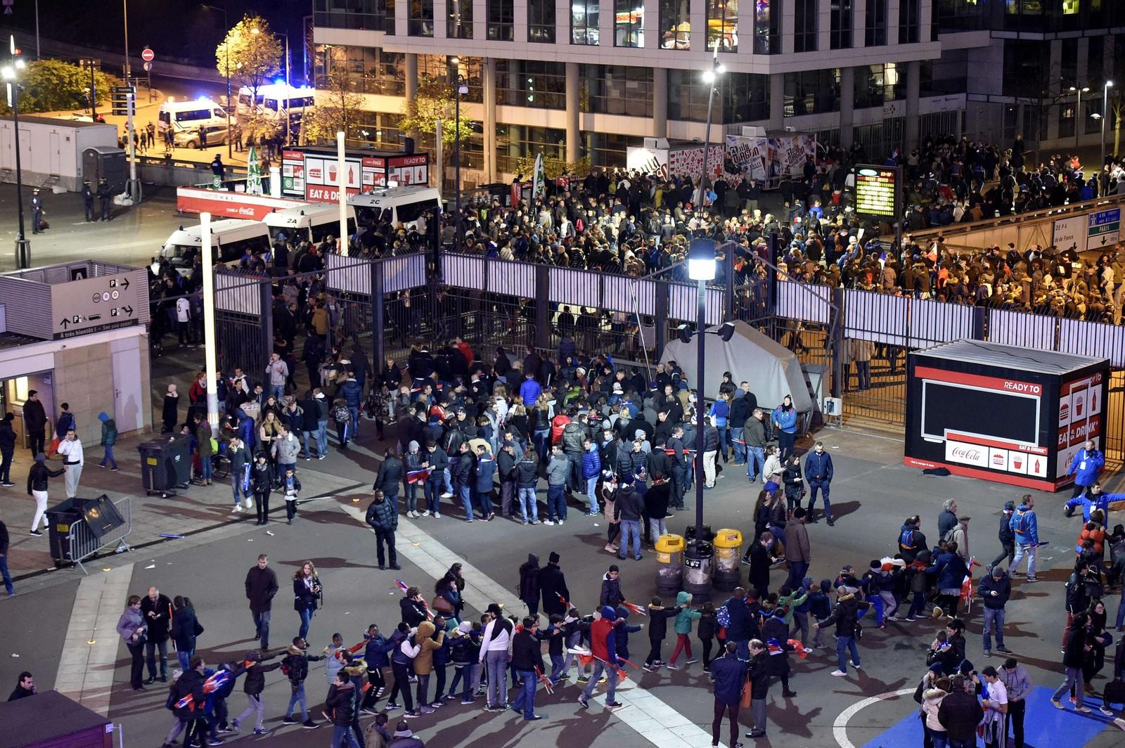 KAOTISK: Situasjonen ble kaotisk på fotballstadionet Stade de France, og like etter klokken 23 var det mange tilskuere som ikke kom seg ut. Flere søkte tilflukt i lokaler under gressmatta.