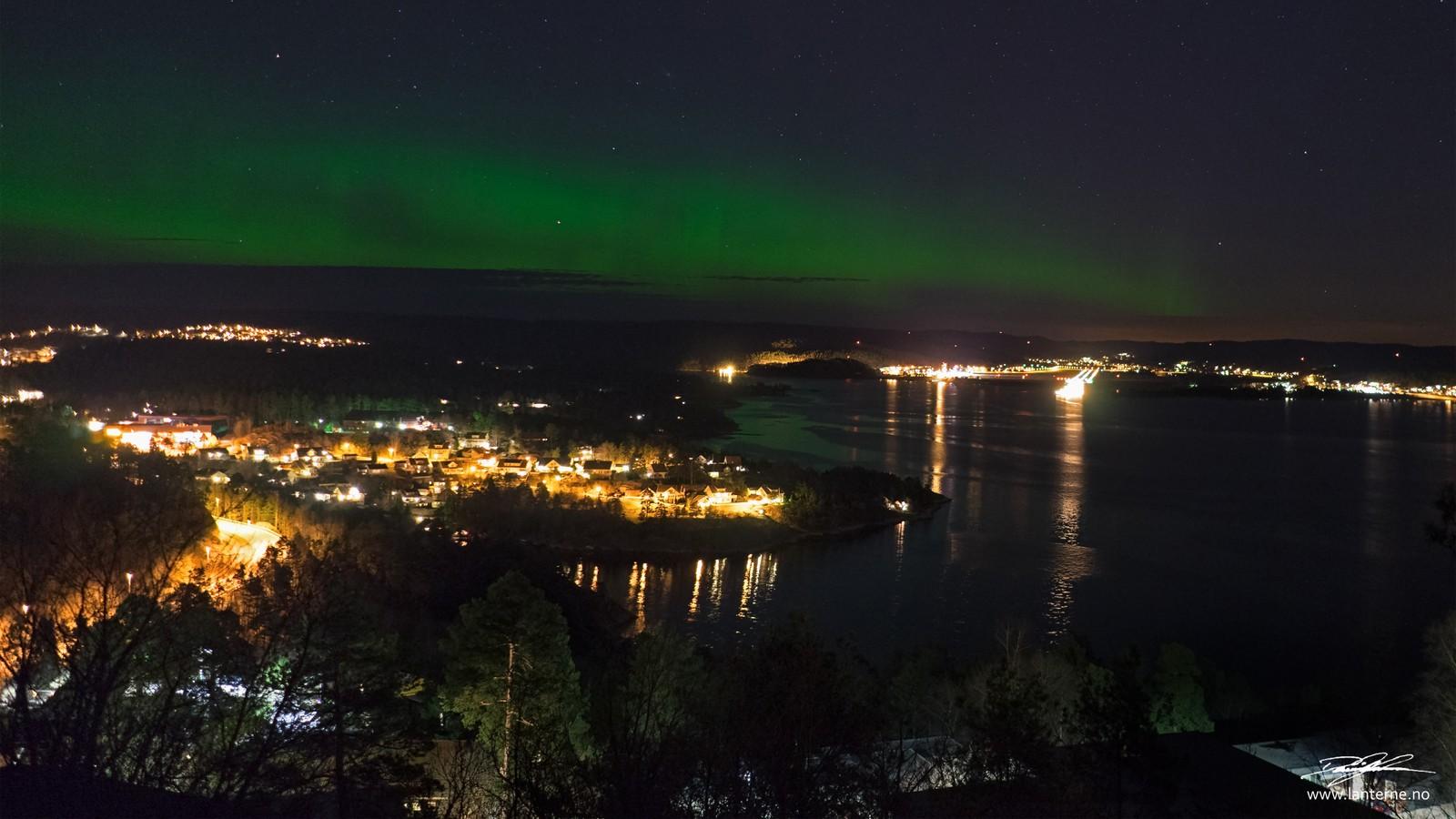 Her vises nordlyset over Ålefjær og Kristiansand lufthavn Kjevik.