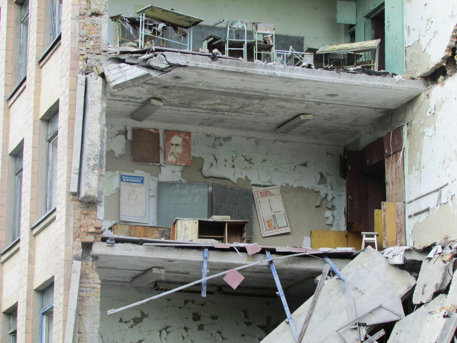 Da skole nummer en kollapset i 2012 kom klasserommene til syne, som dette med kateter, tavle, plansjer og Marx-plakat.
