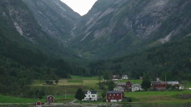 Sværefjorden med Sværeskaret i bakgrunnen. Her kom krøterdriftene ned til Sogn frå Sunnfjord. Foto: Arild Nybø, NRK.