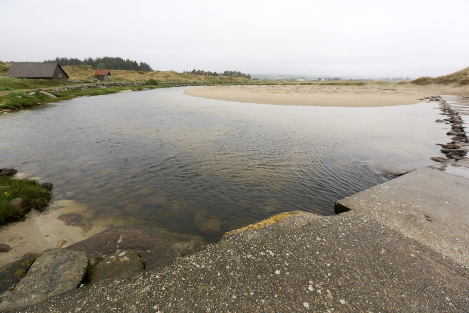 Elva som renner ut i sjøen på Brusand er rolig, men i sjøen utenfor kan det være kraftige understrømmer. Ifølge politiet ble den omkomne mannen tatt av strømmen.