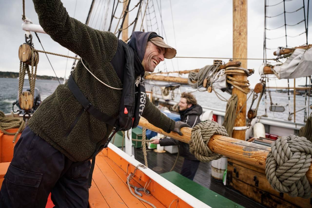 Knut Olav heises ned fra Svanen i en liten båt.