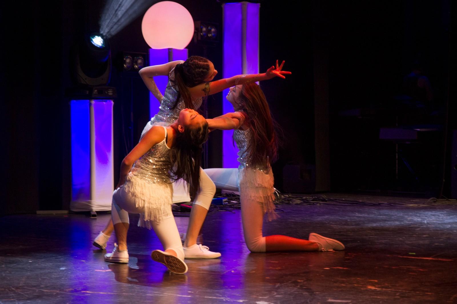 """VÅGSØY: Lea Hageland, Sera Natacha Solheim og Verena Bochoun kallar seg """"Asian Dance Group"""" og framførte """"Meri"""""""